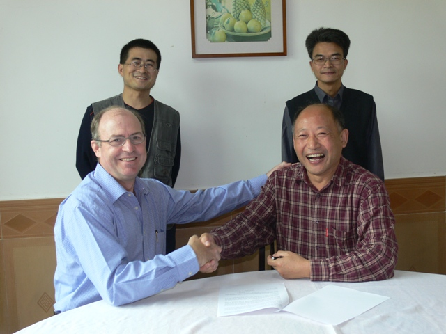 Signing a Memorandum of Understanding by Mr. JieFeng Liu (Director of CERC) and Prof. Mike Wingfield (Director of FABI).